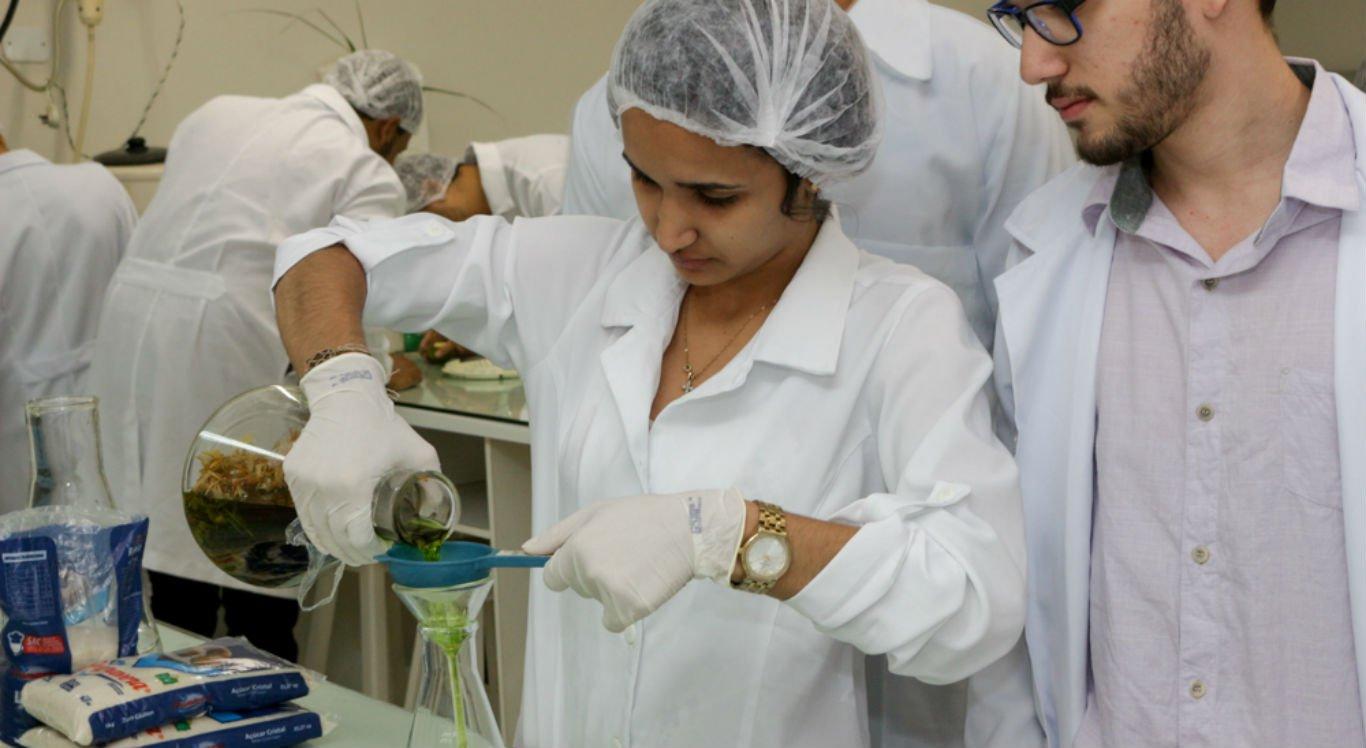 Alunos no laboratório da UNIVISA