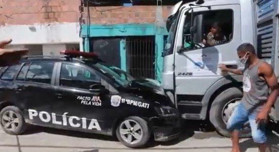 Durante perseguição, viatura da PM bate em caminhão e suspeitos conseguem fugir