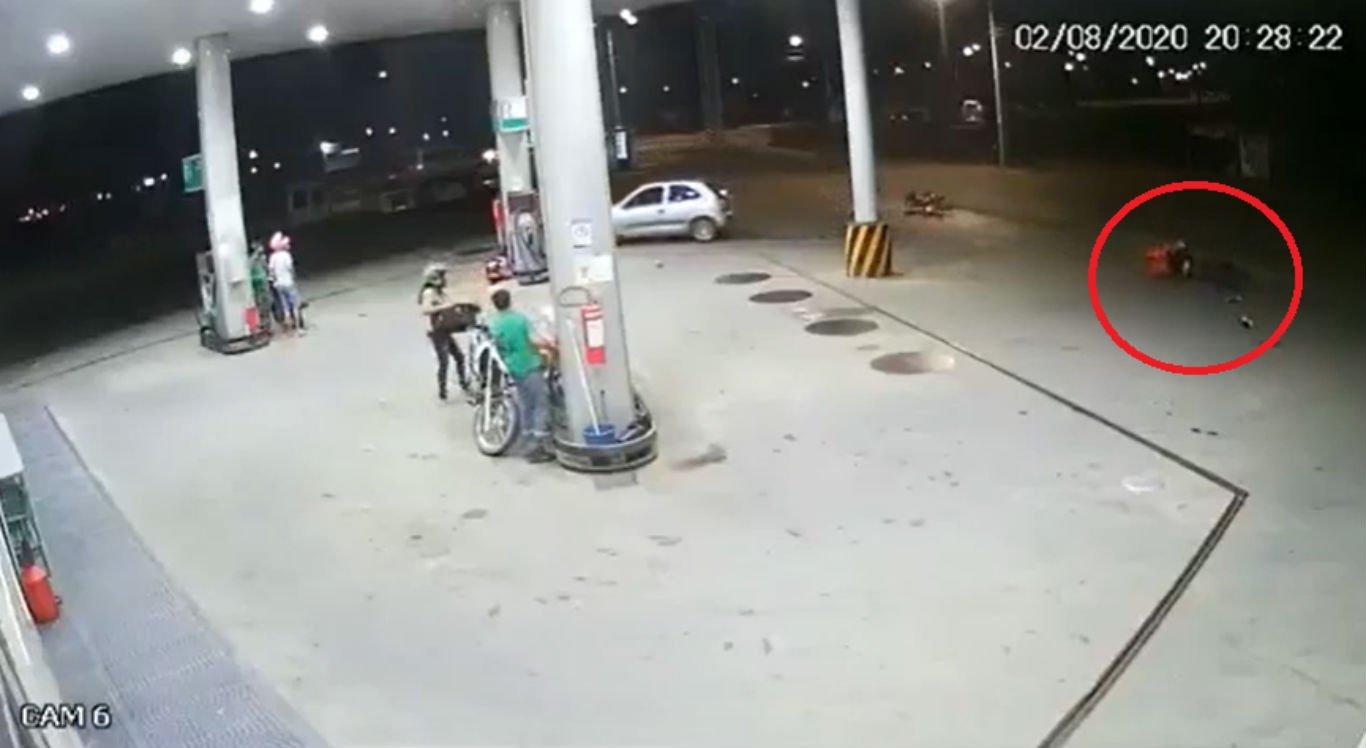 Acidente aconteceu quando carro tentava acessar posto de combustíveis