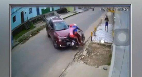 Vídeo: caminhonete e moto se chocam e passageiros são arremessados no Agreste