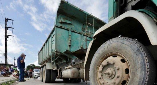 Criança de 4 anos morre após ser atropelada por caminhão carregado de areia