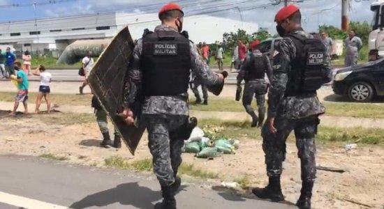 Após adolescente ser morto por policial em Jaboatão, comunidade protesta
