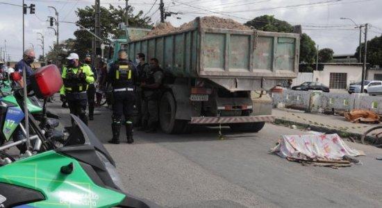 Criança morre após ser atropelada por caminhão em Olinda