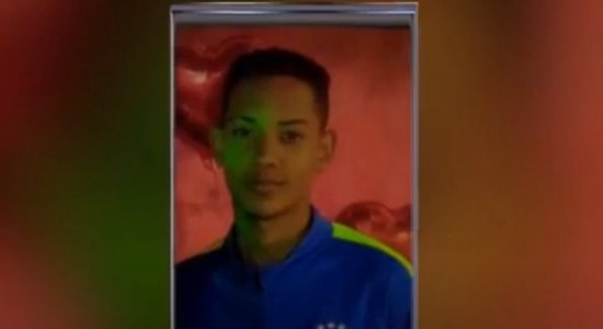 Revoltados com a fatalidade, os moradores do bairro pedem justiça pela morte do adolescente