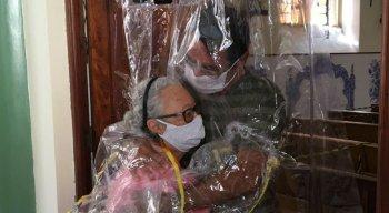A cortina é feita de um plástico resistente, que protege contra o risco de contágio pelo novo coronavírus