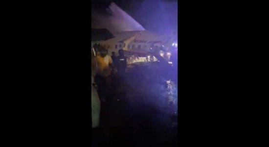 Avião se parte durante pouso em aeroporto da Índia e deixa mortos