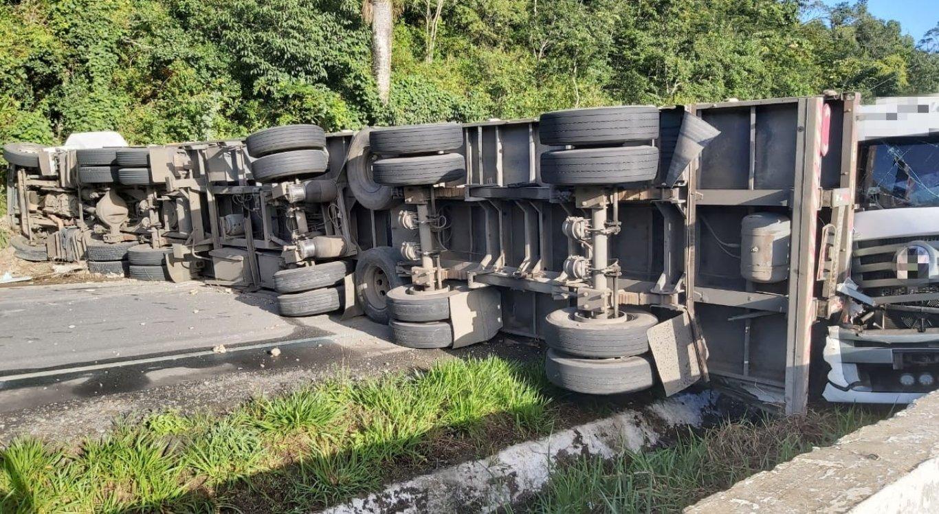 Carreta que transportava alumínio tomba e colide com caminhão na BR-101