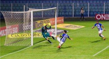 Gastón Rodrigues marcou dois gols para o Avaí contra o Naútico