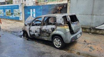 Carro ficou completamente destruído após incêndio