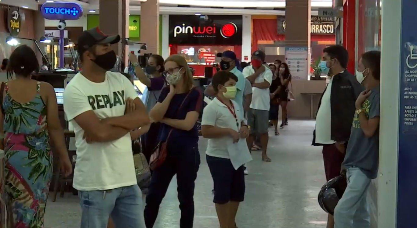 Movimentação na praça de alimentação do Caruaru Shopping