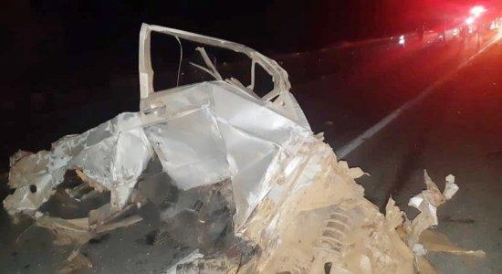 Acidente envolveu um carro e dois caminhões