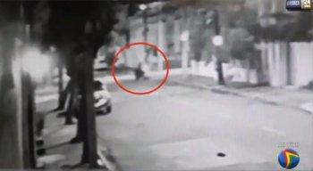 O corpo da vítima foi encontrado por comerciantes da área pouco depois do dia amanhecer.