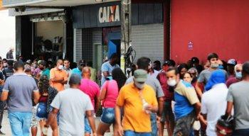 Muita gente madrugou na agência da Caixa Econômica Federal do Centro de Jaboatão dos Guararapes, no Grande Recife