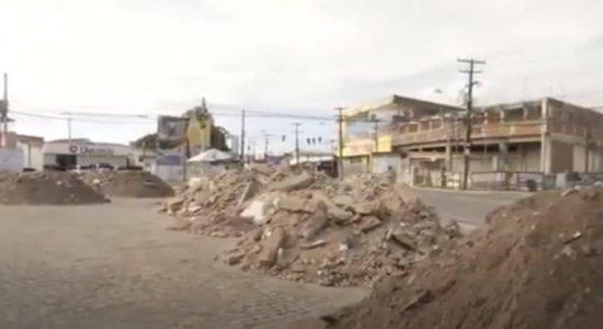 Moradores denunciam despejo de metralhas e lixo em terreno em Olinda