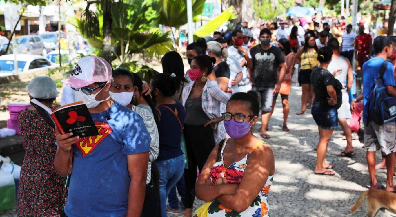 Fila gigantesca de beneficiários do Auxílio emergencial da Caixa Econômica toma conta de toda Praça Nossa Senhora do Rosário, no centro Jaboatão.