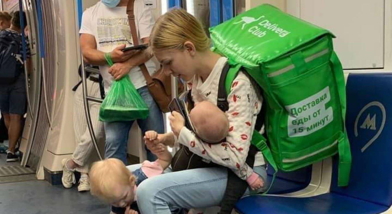 Mãe faz entregas por aplicativo junto com as filhas