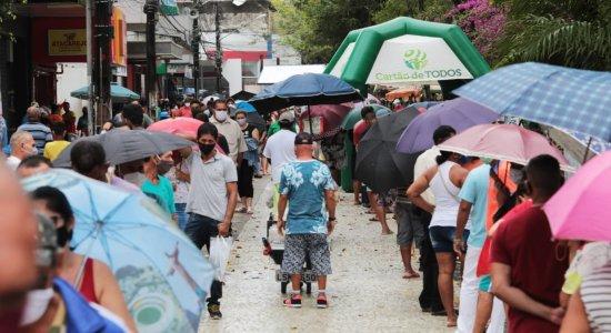 Mais um dia de fila, aglomeração e outras denúncias na caixa de Jaboatão dos Guararapes