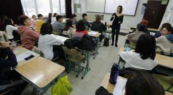 Alunos chineses durante aula, em escola da China