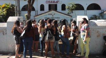 Mulheres em frente ao Cisam, no Recife
