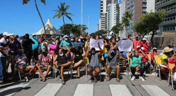 Barraqueiros protestam na orla de Boa Viagem nesta sexta-feira (14)