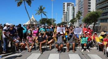 Barraqueiros fazem protesto para volta de atividades na Praia de Boa Viagem
