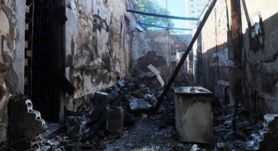 Incêndio de pequeno porte atinge depósito no Recife e teto desaba