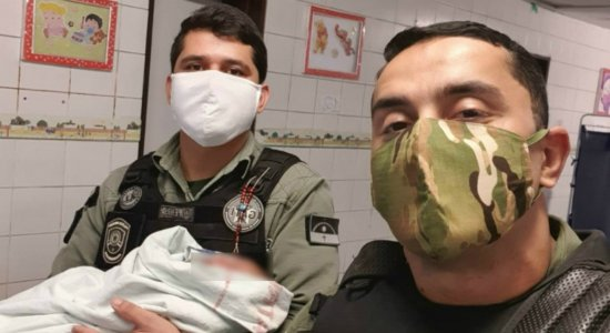 PMs salvam recém-nascido que se engasgou com leite no Recife