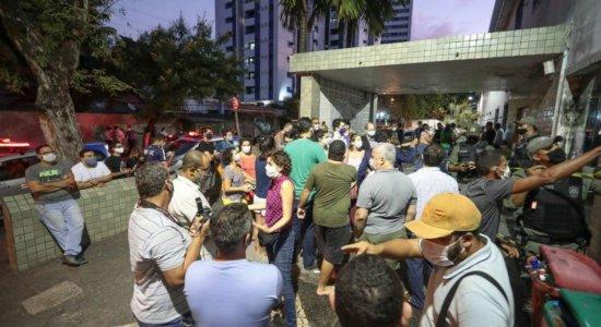 Grupos protestaram contra e a favor do aborto em frente ao Cisam, no Recife