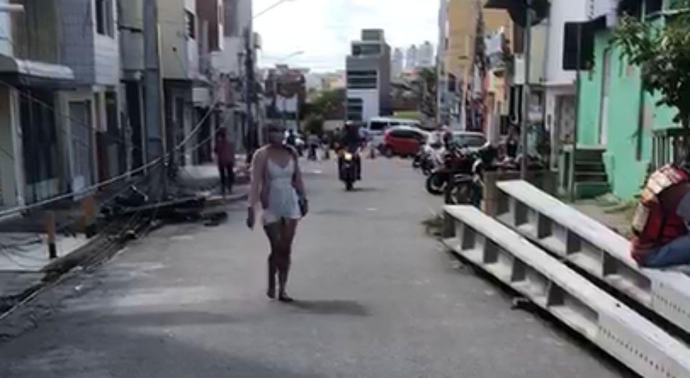 Postes caíram na rua Primeiro de Maio, próximo à Praça do Rosário