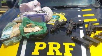 As armas e o dinheiro foram apreendidos pela Polícia Rodoviária Federal
