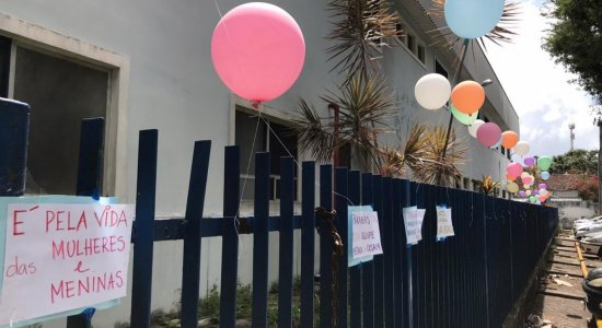 Grupo prega cartazes e balões nas paredes do Cisam em solidariedade à menina submetida a aborto e aos profissionais de saúde