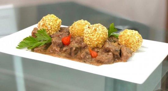 Conheça a receita de Picadinho de Carne com Bolinho de Arroz do chef Rivandro França, no Sabor da Gente