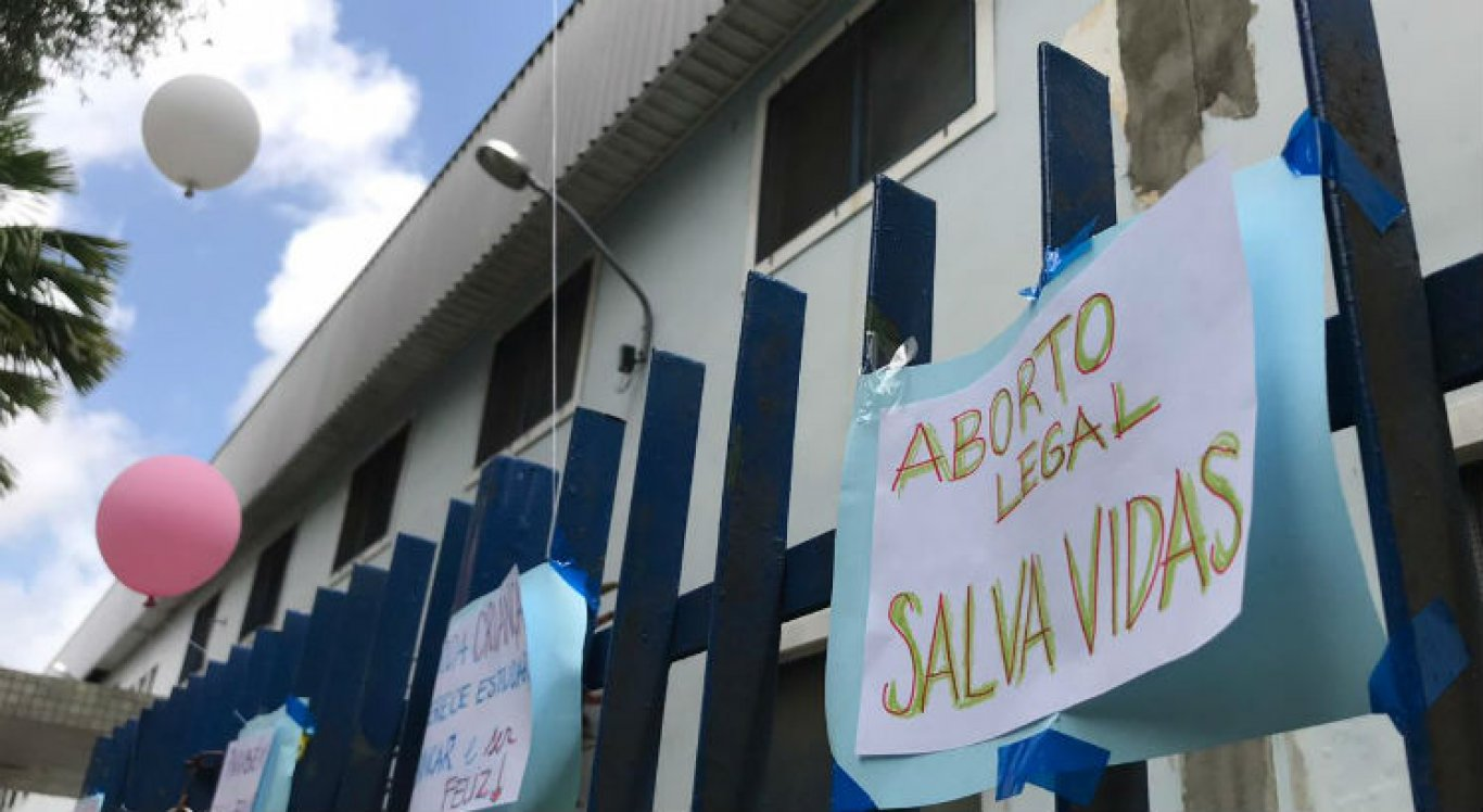 O procedimento é garantido por lei e foi realizado no Recife. As mensagens também apoiam os profissionais de saúde que cuidaram da menina.