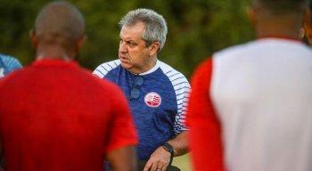 Apesar de não ficar na área técnica ainda, Gilson Kleina comandou treino nesta terça-feira.