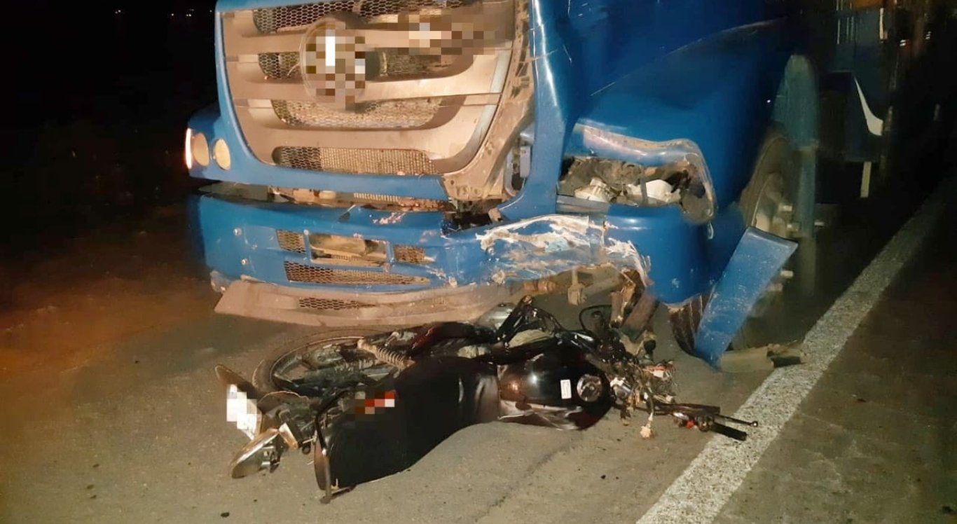Colisão entre moto e caminhão deixou um jovem morto