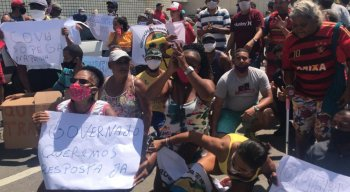 Manifestantes protestam na Avenida Boa Viagem por volta de atividades.