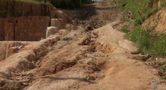 Moradores do Alto da Conquista denunciam acúmulo de lixo, buracos e falta de iluminação
