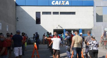 Pessoas enfrentaram filas na frente da Caixa da Caxangá