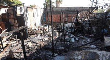 Segundo os moradores, o fogo teria sido provocado por um cigarro
