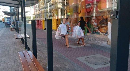 Torcidas organizadas quebram vidros de paradas de ônibus do centro do Recife em confronto
