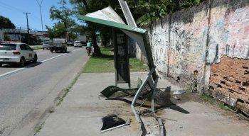 Parada de ônibus ficou totalmente destruída