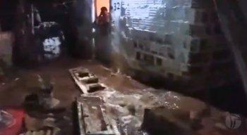 A água invadiu as casas e cerca de 40 famílias ficaram no prejuízo