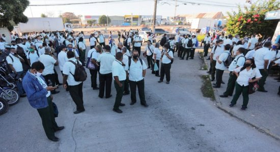 Rodoviários da Vera Cruz protestam contra atraso de salários em Jaboatão