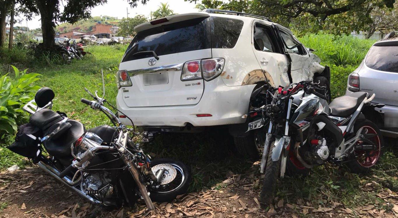 Caminhonete e motocicletas envolvidas no acidente