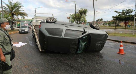 Carro capota e deixa trânsito complicado em Olinda