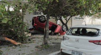 Carro capotou na madrugada desta quinta-feira (27) na Avenida Boa Viagem.