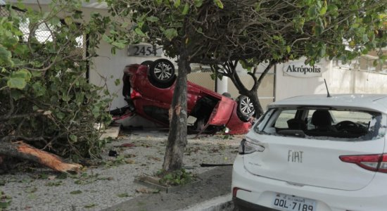 Carro capota e destrói árvore na Avenida Boa Viagem após homem perder controle da direção