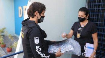 Cerca de 40 policiais civis participaram da operação. Eles recolheram documentos, computadores, um cofre e dinheiro em espécie