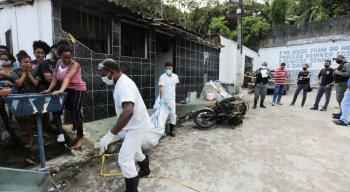Funcionários do IML retiraram os corpos do local