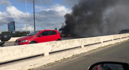 Ônibus pega fogo no Viaduto Capitão Temudo, centro do Recife